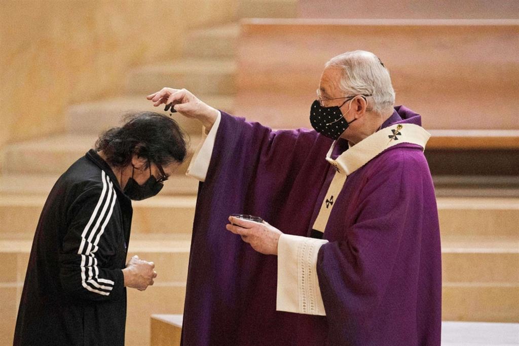 L'arcivescovo Jose H. Gomez nella cattedrale di Los Angeles - Reuters