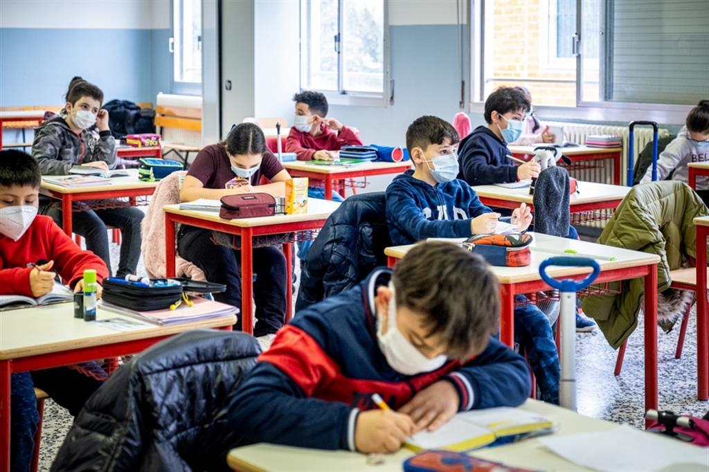 bambini delle scuole elementari, in classe con la mascherina