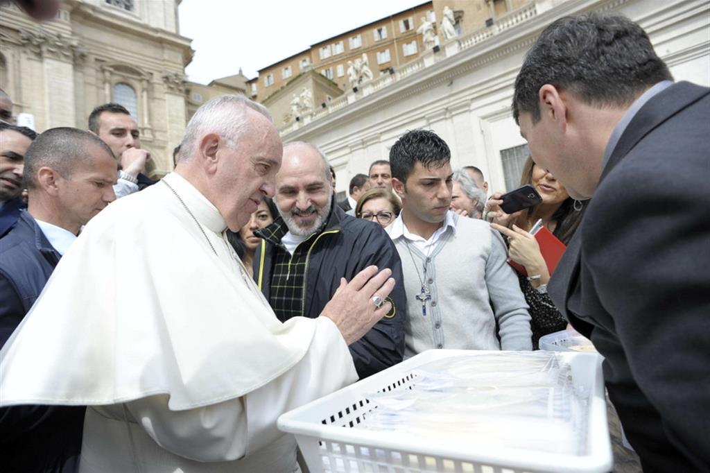 Papa Francesco benedice il Pane eucaristico prodotto nel carcere di Opera