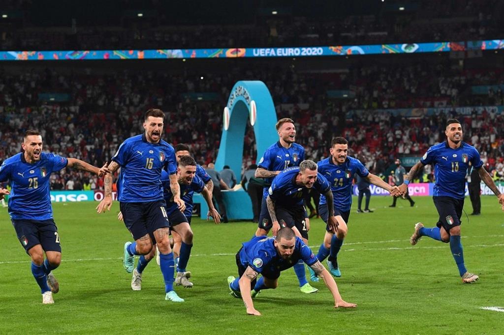 L'esultanza degli azzurri dopo la decisiva parata di Donnarumma che ha regalato la Coppa europea all'Italia
