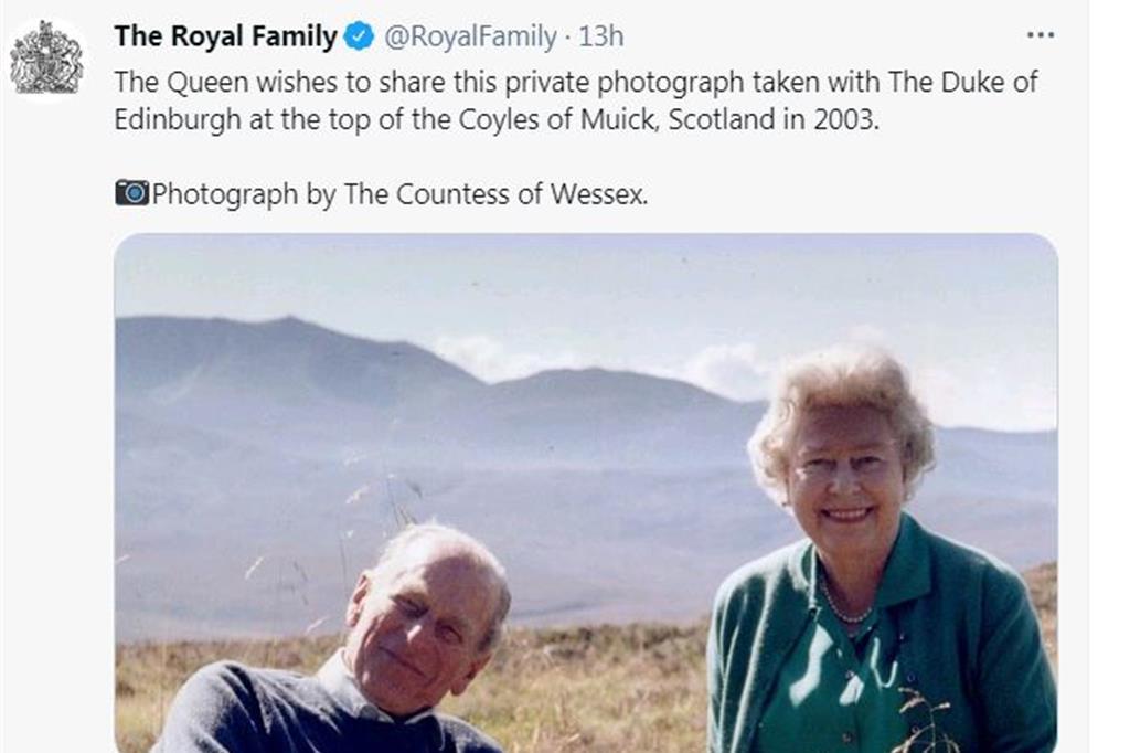 È un principe Filippo sorridente e rilassato, sul prato insieme alla regina, in uno dei loro posti preferiti: è questa l'ultima foto del duca di Edimburgo personalmente scelta da Elisabetta II e diffusa da Buckingham Palace nel giorno dei suoi funerali. L'immagine venne scattata nel 2003 dalla cognata, la contessa di Wessex, durante una vacanza estiva di famiglia sulle colline di Coyles of Muick vicino Balmoral, in Scozia. - Twitter Royal Family