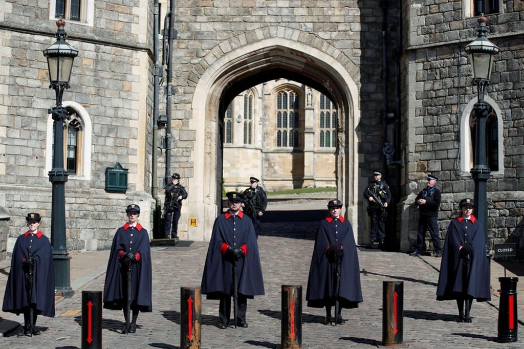 Il picchetto davanti al castello di Windsor prima della partenza del corteo funebre di Filippo - Reuters