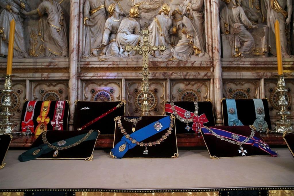 Le insegne del principe Filippo raccolte all'altare della cappella di San Giorgio nel castello di Windson - Reuters