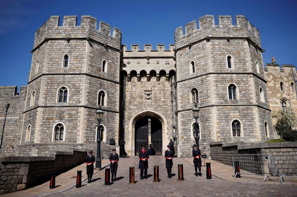 Guardie davanti al castello di Windsor - Ansa