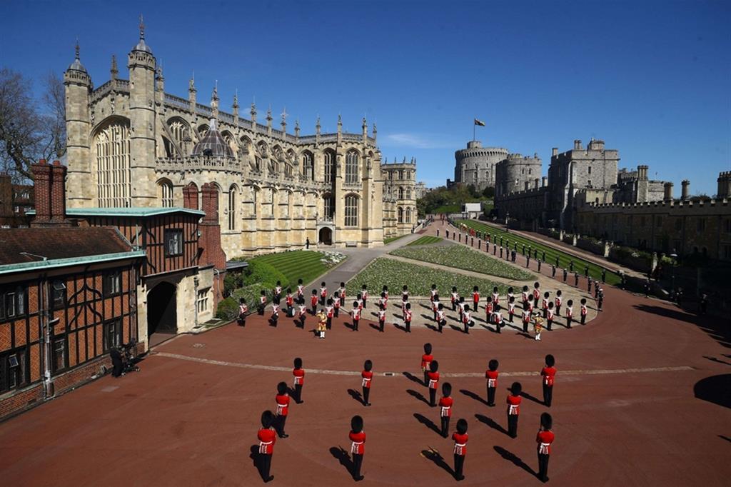 Le guardie della regina scorteranno il feretro di Filippo di Edimburgo, dal castello fino alla cappella di St George - Reuters
