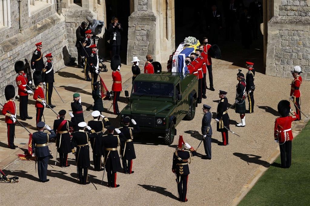 Il feretro del principe Filippo lascia il castello di Windsor a bordo di una speciale Land Rover modificata, secondo indicazioni del principe stesso, diretto alla vicina cappella di St George - Reuters