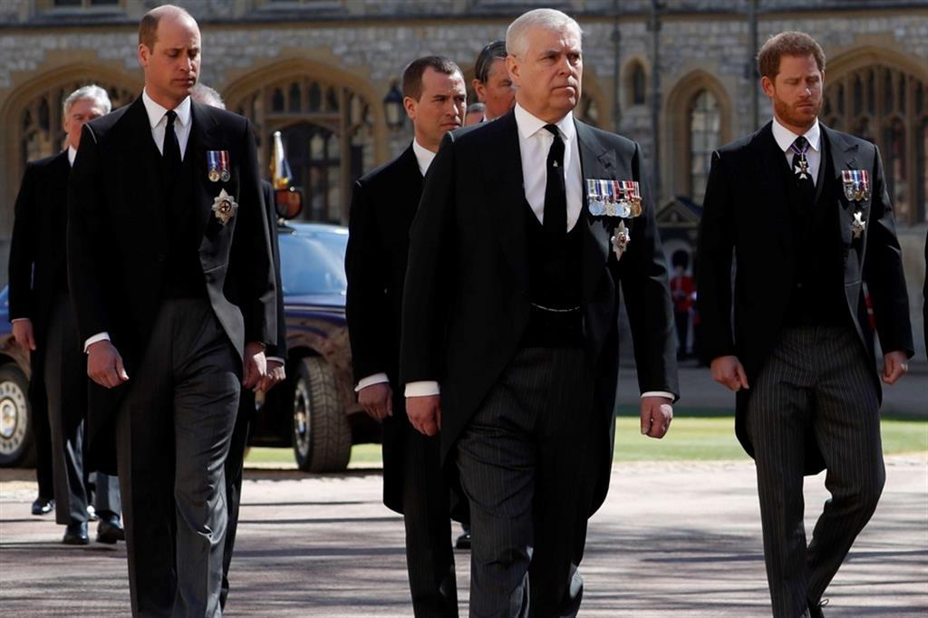 Seguono il feretro a piedi anche i nipoti William e Harry, rientrato dagli Stati Uniti - Reuters