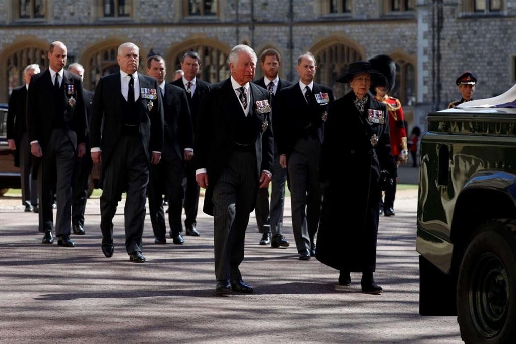 Il principe Carlo e la principessa Anna, con altri membri della famiglia reale, seguono il feretro del padre - Reuters