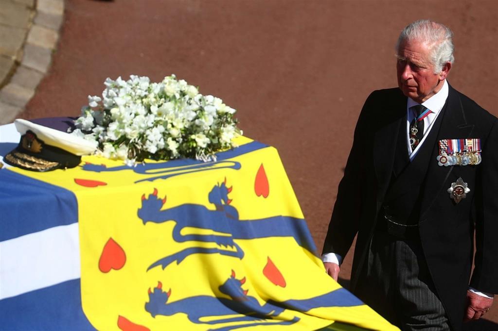 Il principe Carlo dietro al feretro del padre - Reuters