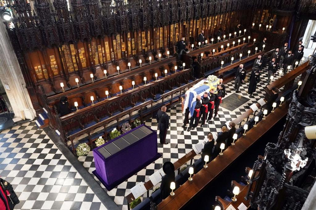 Il feretro nella Cappella di St George per la cerimonia funebre - Reuters