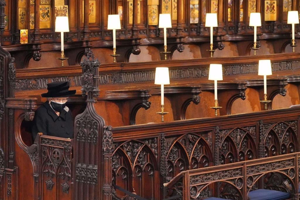 La regina Elisabetta seduta nella Cappella - Reuters