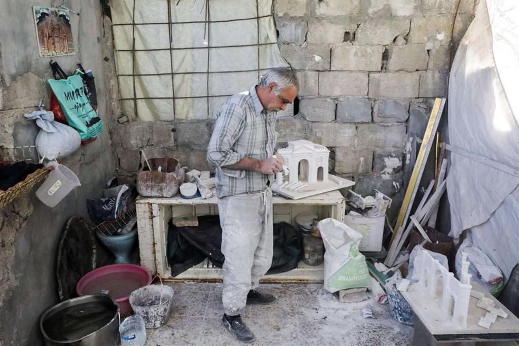 Dopo tre anni di lontananza dalla sua città natale l'artigiano si è lanciato nell'impresa di ricostruire Palmira - Reuters
