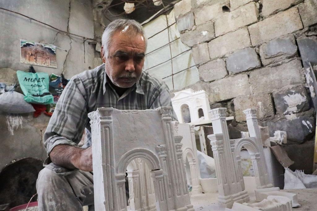 Il 58enne spera così di trasmettere ai posteri non solo la passione per l'artigianato ma anche quelle dell'archeologia e delle proprie origini - Reuters