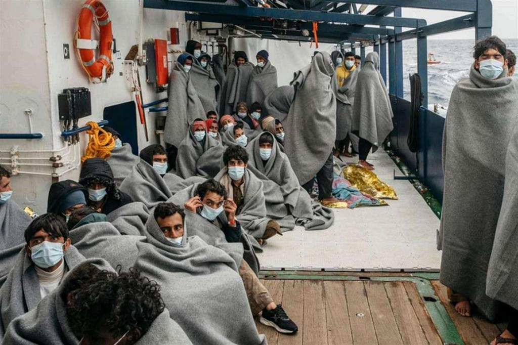 I migranti soccorsi a bordo della nave Ong Sea Watch