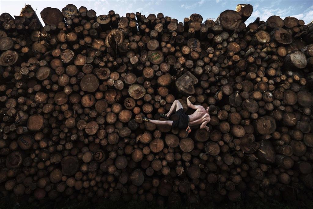 La foto vincitrice della categoria Sport. George scala una pila di tronchi in Baviera - Adam Pretty (World Press Photo Wpp)