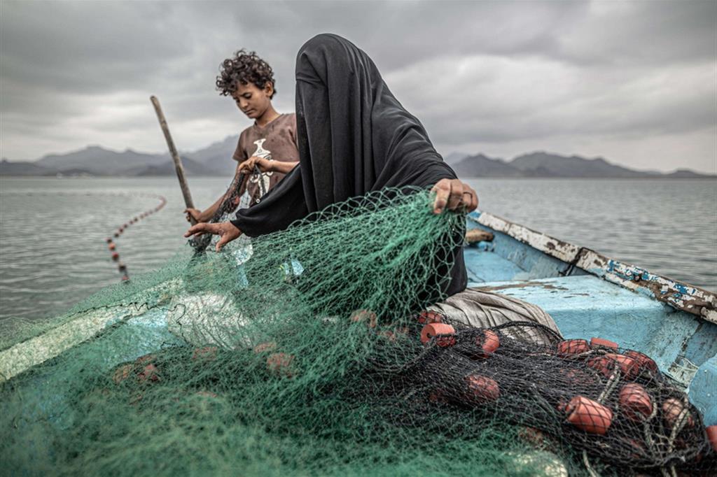 Fatima e il figlio preparano la rete di pesca a Khor Omeira, nello Yemen: la foto ha vinto il premio Contemporary Issues - Pablo Tosca (World Press Photo Wpp)