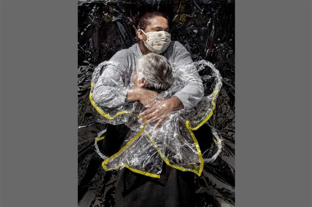 Rosa Luzia Lunardi (85 anni) viene abbracciata dall'infermiera nella casa di riposo di Viva Bem, a San Paolo, il 5 agosto 2020. L'anziana non riceveva un abbraccio da 5 mesi a causa della pandemia. Questa foto ha vinto la sezione General News - Mads Nissen (World Press Photo Wpp)