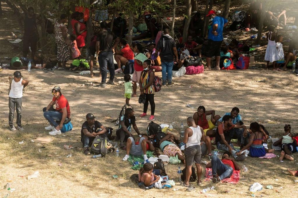 Gli haitiani sono stati raggiunti da cubani, venezuelani e nicaraguensi sotto il ponte lungo il Rio Grande che collega Ciudad Acuña in Messico a Del Rio, in Texas.  Alcuni dormivano sotto coperte leggere, mentre altri montavano piccole tende. - Reuters