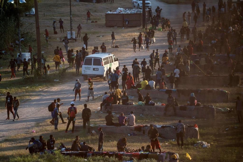 Nella zona di Del Rio centinaia di migranti attraversavano il Rio Grande fino al ginocchio per tornare in Messico per fare scorta di elementi essenziali che dicono di non ricevere dalla parte americana. - Reuters