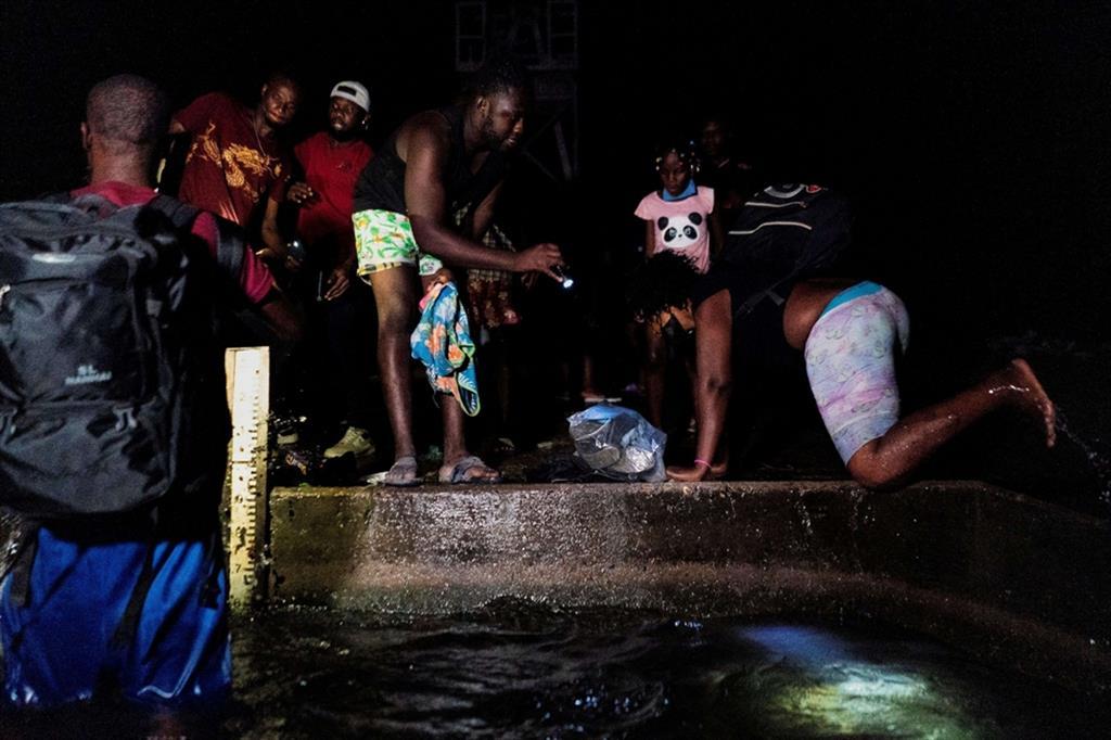 Due migranti haitiani hanno detto che i funzionari degli Stati Uniti hanno fornito un pasto caldo solo giovedì sera. Paul Marie-Samise, 32 anni, ha raccontato che a lui non è toccato. - Reuters