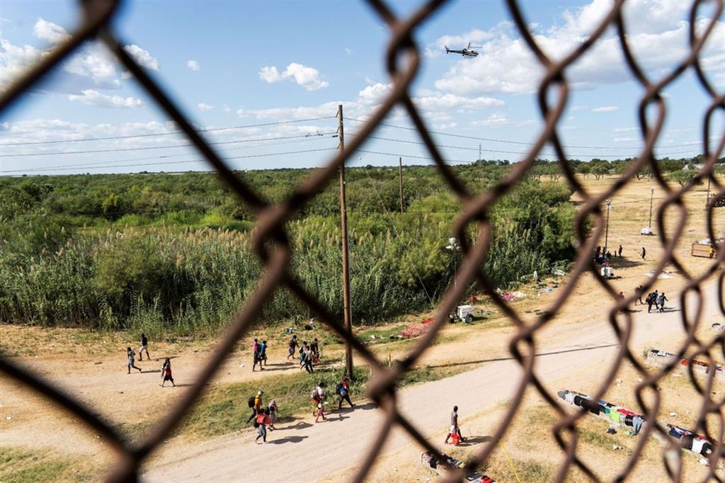 Se da un lato la polizia di frontiera degli Stati Uniti ha dichiarato giovedì che sta aumentando il personale a Del Rio e fornendo acqua potabile, asciugamani e servizi igienici portatili. - Reuters