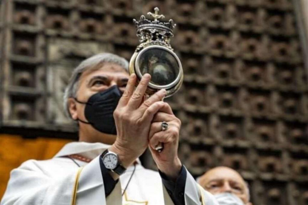 L'ampolla col sangue di san Gennaro nelle mani dell'arcivescovo Battaglia