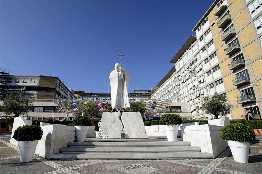 La statua di Giovanni Paolo II nel cortile del Policlinico Gemelli di Roma