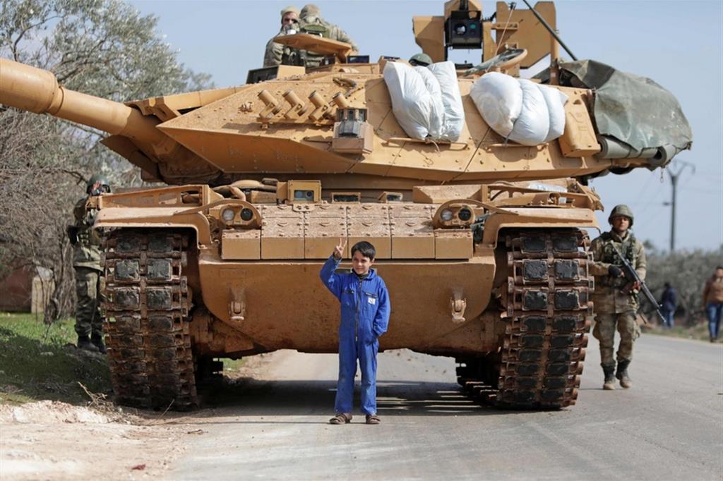 Un carro armato turco nella regione nordoccidentale della Siria