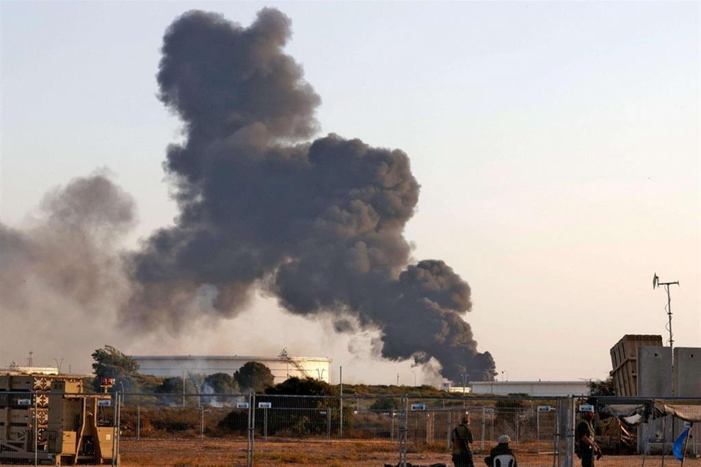Il fumo si alza nella città israeliana di Ashkelon, colpita dai razzi lanciati dai miliziani a Gaza