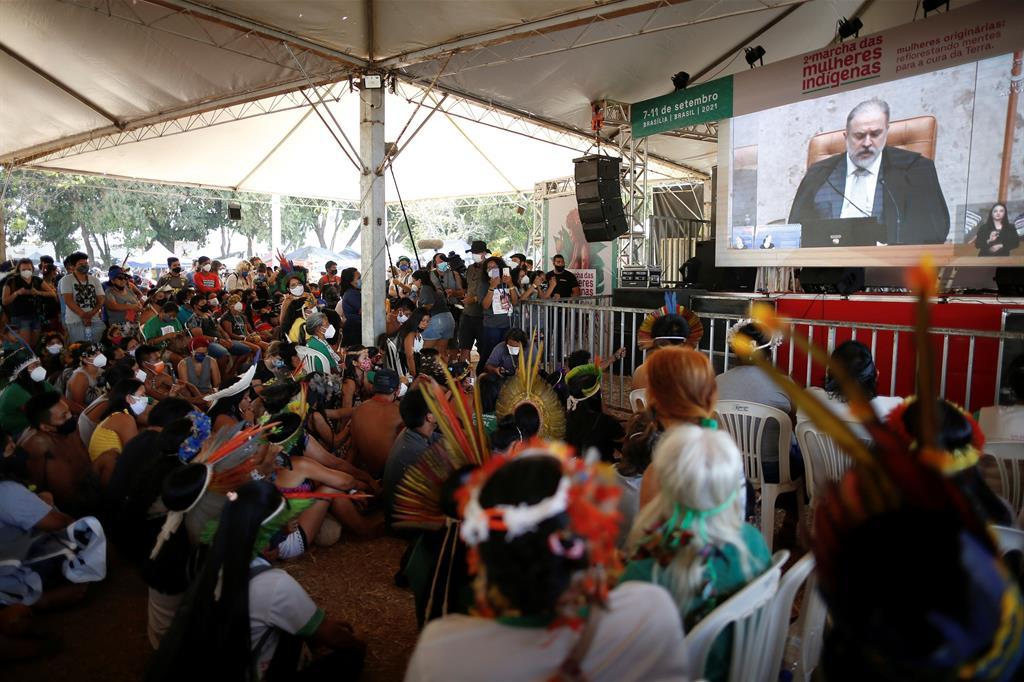 Centinaia di indigeni assistono alle fasi di un processo della Corte Suprema che sarà cruciale per la vita sulle loro terre. - Reuters