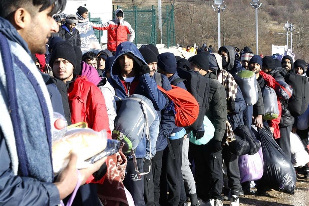 I migranti in fila per il cibo - Ansa