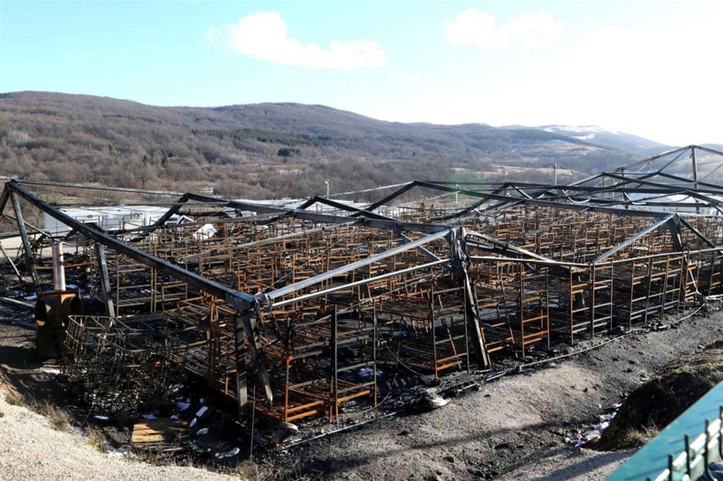 Lo scheletro delle baracche è quel che resta del campo andato in fumo: giudicato inadatto a ospitare i migranti per l'inverno, doveva essere temporaneamente chiuso per lavori - Ansa