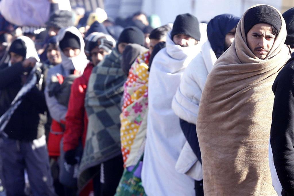 Avvolti nelle coperte, i migranti si sono messi in cammino diretti al campo della capitale Sarajevo dopo che la protesta degli abitanti ha bloccato il previsto trasferimento in pullman nel vicino campo di Bira finanziato dall'Ue - Ansa