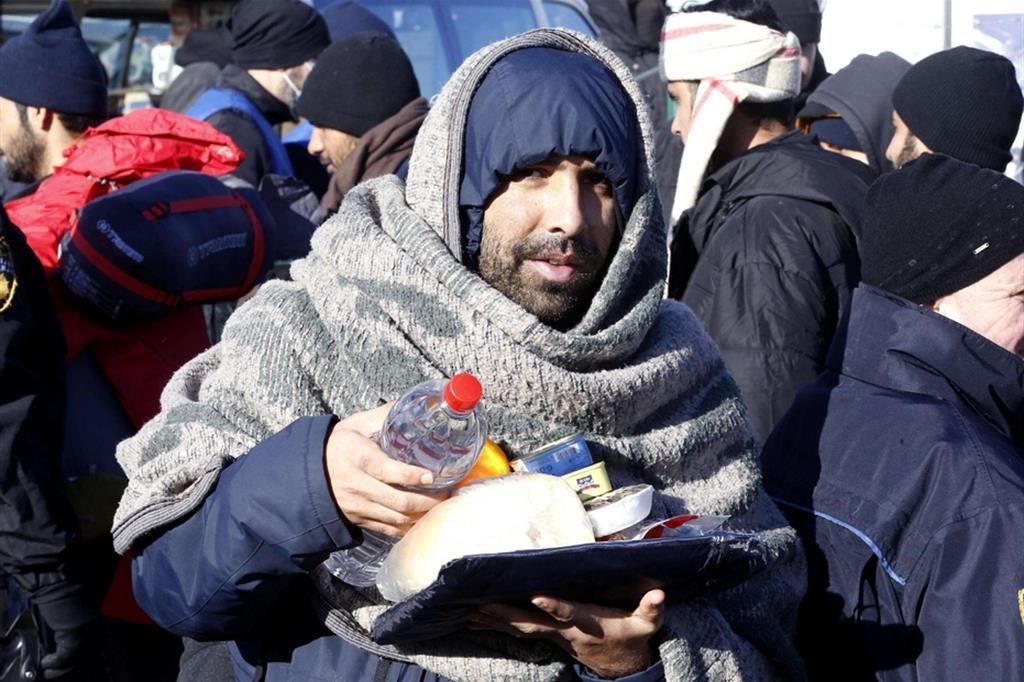 Un profugo riceve i viveri - Ansa