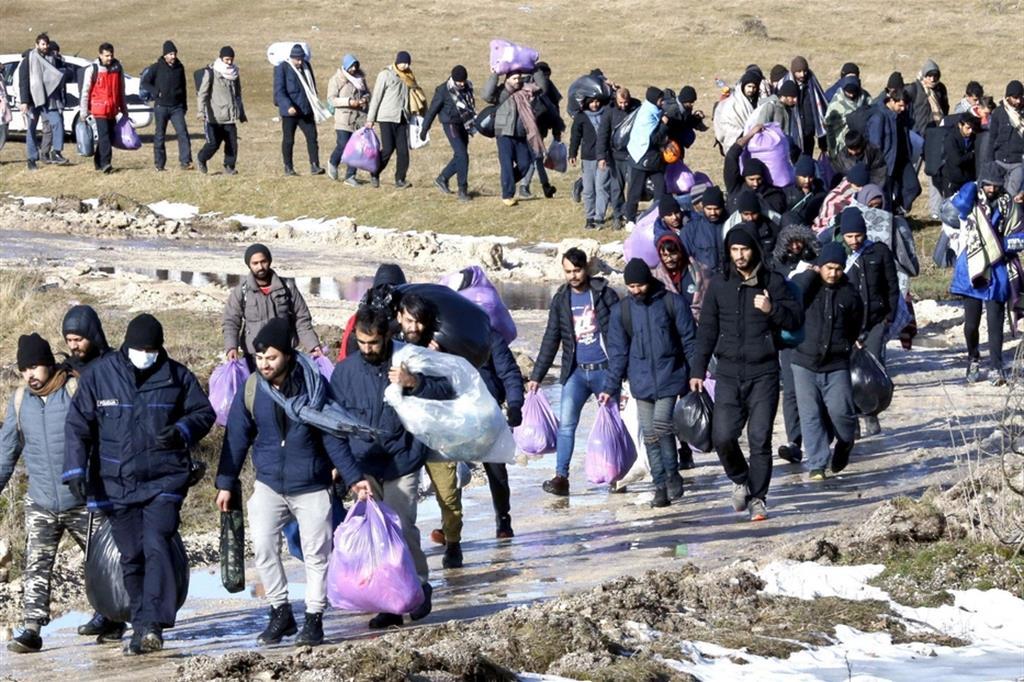 La lunga fila dei profughi ha lasciato, il 29 dicembre, il campo andato a fuoco - Ansa