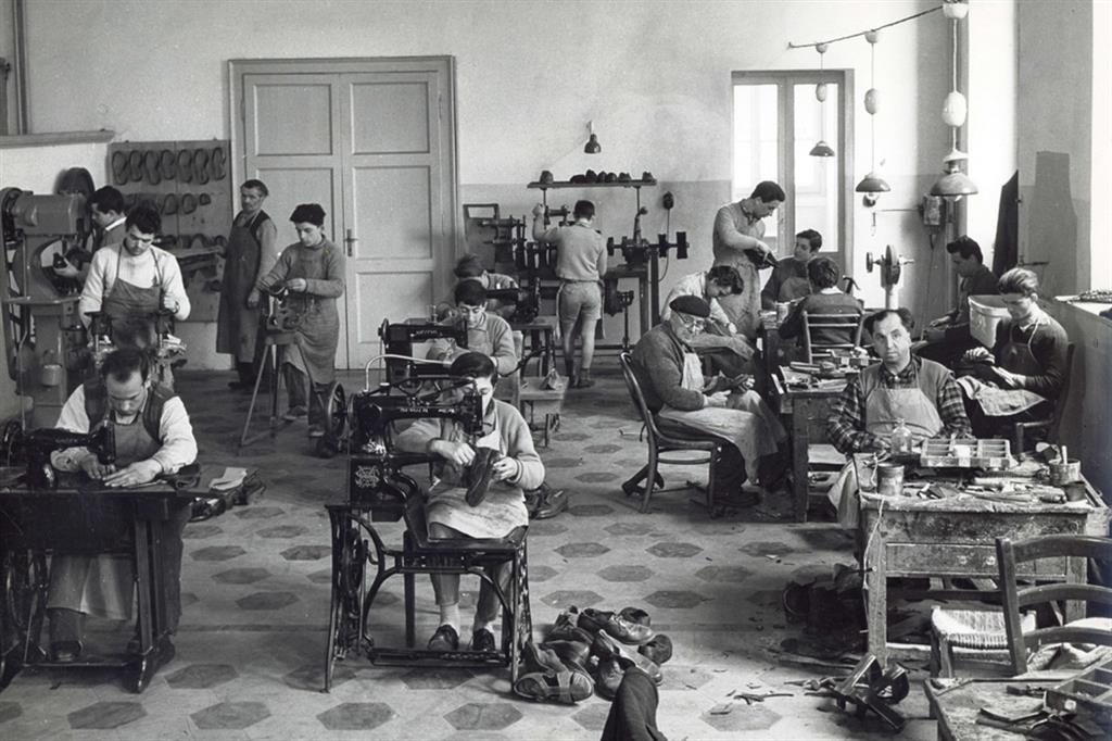 Al lavoro nel laboratorio di calzoleria - Fondazione Sacra Famiglia