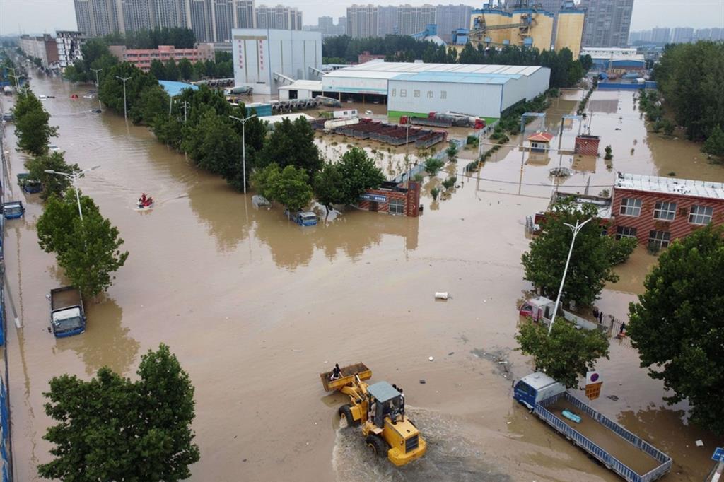 La pioggia ha trasformato le strade in fiumi e inondato stazioni della metropolitana dove una dozzina di persone è rimasta bloccata. - Reuters