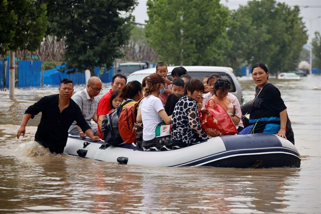 Le città più piccole e le aree rurali della provincia di Henan continuano a ricevere abbondanti piogge che potrebbero raggiungere i 100 millimetri nelle prossime ore. La cittadina di Anyang, ad esempio, ha chiesto a tutti i lavoratori non soccorritori di restare a casa e ha sospeso la rete dei trasporti pubblici - Reuters