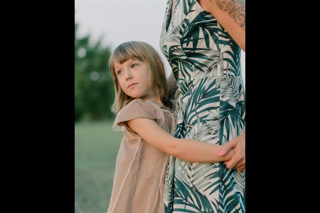 Alice e sua figlia Anja (4 anni). Pievesestina, provincia di Cesena. Anja è una bambina molto vivace ed energica, la sua indole è stata segnata da un evento accaduto quando aveva solo quaranta giorni di vita. Dopo aver contratto la pertosse, presumibilmente nella scuola del fratello maggiore, la bambina rimane in ospedale per diversi mesi e, una volta guarita, la madre Alice decide di lanciare una petizione online, chiedendo la reintroduzione dell'obbligo vaccinale all'interno delle scuole. La Regione Emilia-Romagna, visto il successo della petizione, decide di introdurre l'obbligatorietà per il territorio regionale e, successivamente, la legge diventa nazionale con il Decreto Lorenzin nel 2017. Da allora Alice ha ricevuto diverse minacce di morte e ha incontrato numerosi ostacoli. (Francesco Andreoli_Reset_FFE21) - © Francesco Andreoli