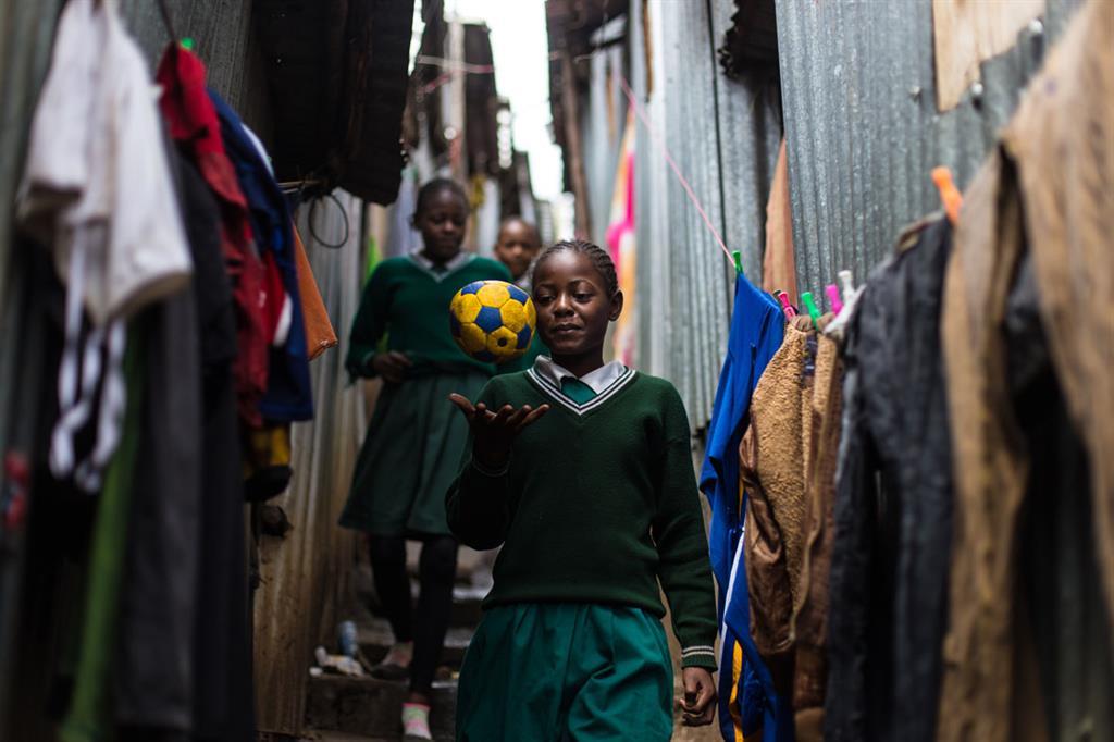 Due sorelle camminano tra le baracche di Mathare, in Kenya, dopo essere andate a scuola. (Sebastian Gil Miranda for Fútbol Más_FFE21) - Sebastian Gil Miranda for Fútbol Más_FFE21
