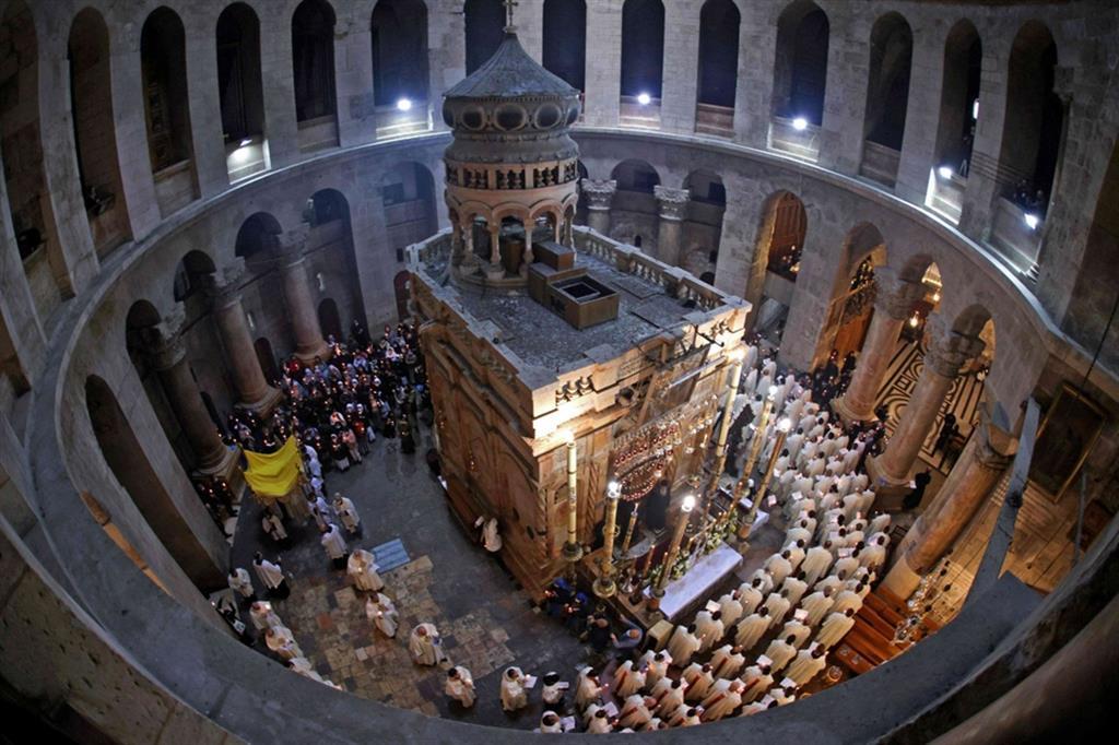 L'Edicola del Santo Sepolcro a Gerusalemme.  Secondo la tradizione il corpo di Gesù, dopo la crocifissione a opera dei romani, fu avvolto in un sudario e posto in un sepolcro scavato nella roccia. La tomba si trova nell'Edicola - Ansa
