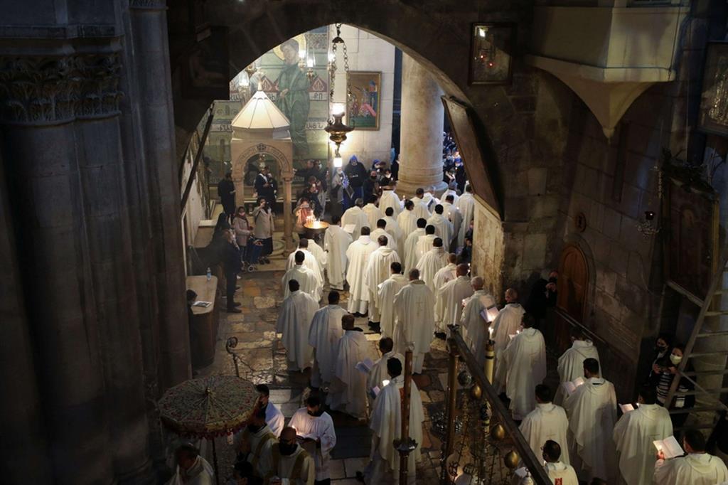 La processione dei religiosi cristiani al Santo Sepolcro. Durante la celebrazione, sono stati benedetti gli oli sacri e si è tenuta la Lavanda dei piedi a sei seminaristi e sei frati francescani - Ansa