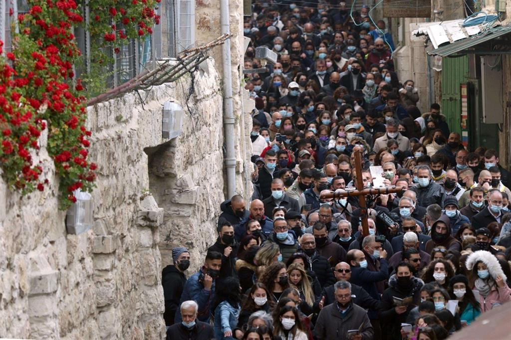 La processione lungo la Via Dolorosa, a Gerusalemme. Il Custode di Terra Santa padre Francesco Patton. «La Pasqua di quest'anno è diversa da quella passata, quando la situazione imposta dal Covid era più grave. Oggi, almeno qui, c'è un po' più di speranza. E spero che da Gerusalemme si levi un messaggio di speranza per il resto del mondo» - Ansa