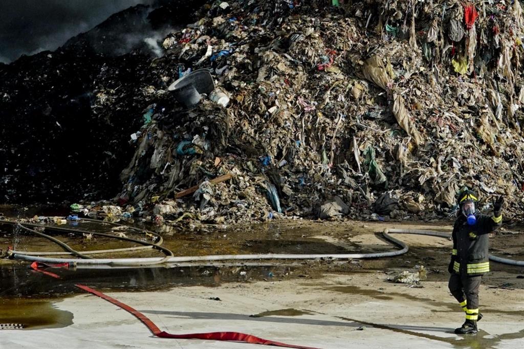 Terra fuochi. Vigili del fuoco al lavoro per un rogo doloso in un'azienda sequestrata per i rifiuti tossici e abusivi